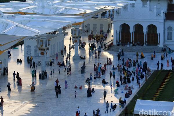 Foto: Menjelang sore hari, wisatawan yang berkunjung ke masjid semakin ramai. Untuk masuk ke lokasi bawah payung atau pun marmer, pengunjung harus menanggalkan alas kaki (Agus Setyadi/detikTravel)