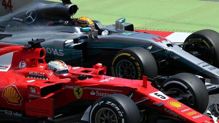 Sebastian Vettel dan Lewis Hamilton di GP Spanyol 2017 (Foto: REUTERS/Albert Gea)