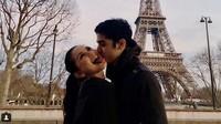 Al dan Alyssa saat mengabadikan kemesraan mereka berdua di depan menara Eiffel beberapa waktu lalu. Foto: Dok. Instagram/alghazali7