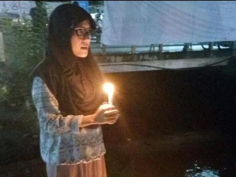 Viral di Medsos, Aksi Lilin Sendirian Nurul untuk Ahok di Padang