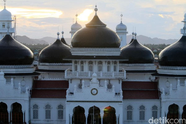 Foto: Peresmian landskap dan infrastruktur Masjid Raya Baiturrahman di Banda Aceh dilakukan Wakpres Jusuf Kalla pada Sabtu (13/5). Lantai halaman depan masjid kini sudah berganti menjadi marmer. 12 unit payung bergaya Masjid Nabawi dibangun di sisi utara dan selatan masjid (Agus Setyadi/detikTravel)