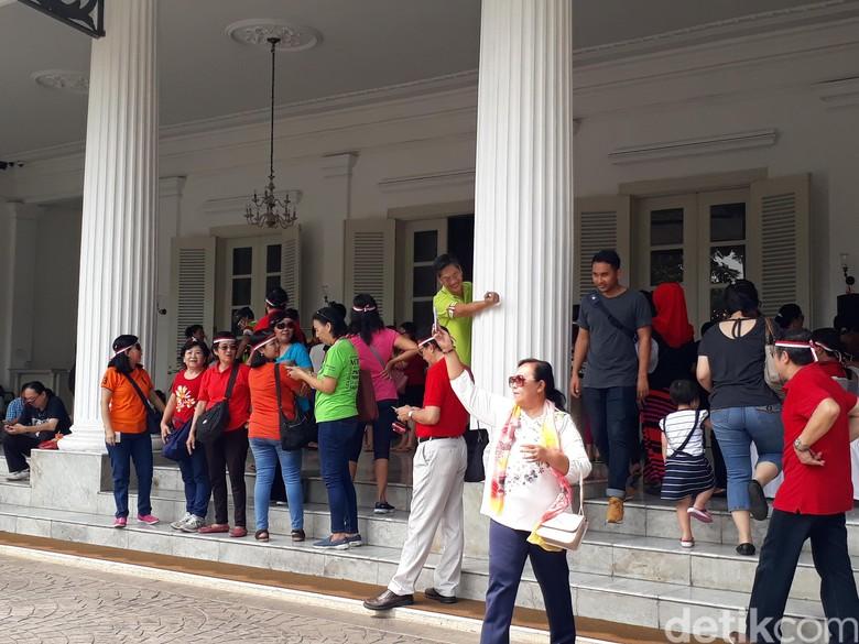 Wisata Balai Kota Kembali Menggeliat, Warga Asyik Berfoto