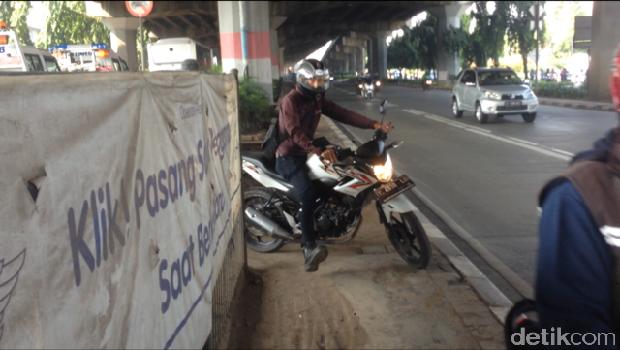 Macet di Kebon Nanas, Pemotor Terobos Separator untuk Lawan Arus