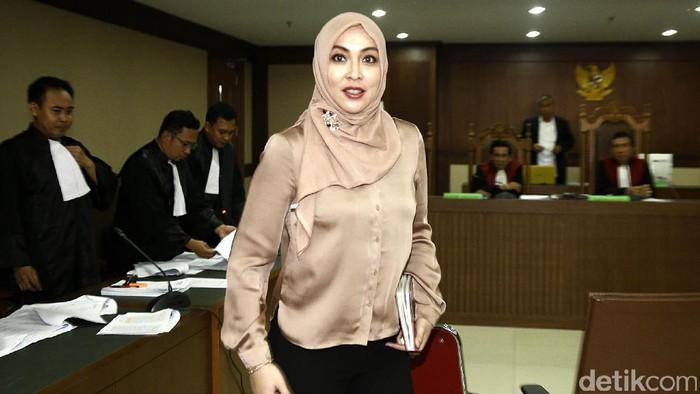 Angelina Sondakh memberikan kesaksiannya dalam sidang di PN Tipikor, Jakarta. Begini penampilan mantan putri Indonesia itu bersaksi untuk Choel Mallarangeng.