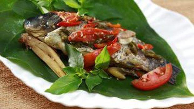 Dimasak Dalam Balutan Daun Pisang, Pepes Ikan Mas Jadi Gurih Meresap