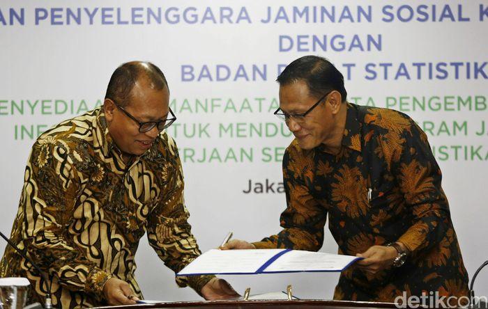 Direktur Utama BPJS Ketenagakerjaan Agus Susanto (kiri) dan Kepala Badan Pusat Statistik (BPS) Suhariyanto (kanan) menandatangani kerja sama tentang penyediaan, pemanfaatan, serta pengembangan data dan informasi untuk mendukung program jaminan sosial ketenagakerjaan serta perstatistikan nasional.