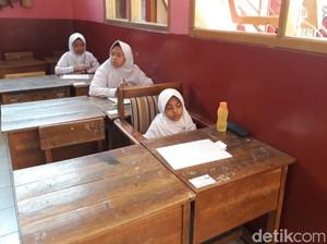 Semangat Kayla Ikut UN SD di Soreang Bandung Meski Lumpuh