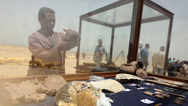 Tim arkeolog juga menemukan sarkofagus yang terbuat dari tanah liat, peti mati binatang dan papirus yang bertulis skrip demotik.