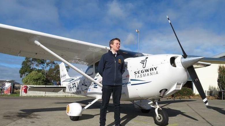 Pilot Termuda Terbang Mengelilingi Benua Australia