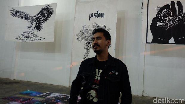 Pemain bas dari band Piston, Yulio Onta, memamerkan karya di Go Ahead Challenge 2016