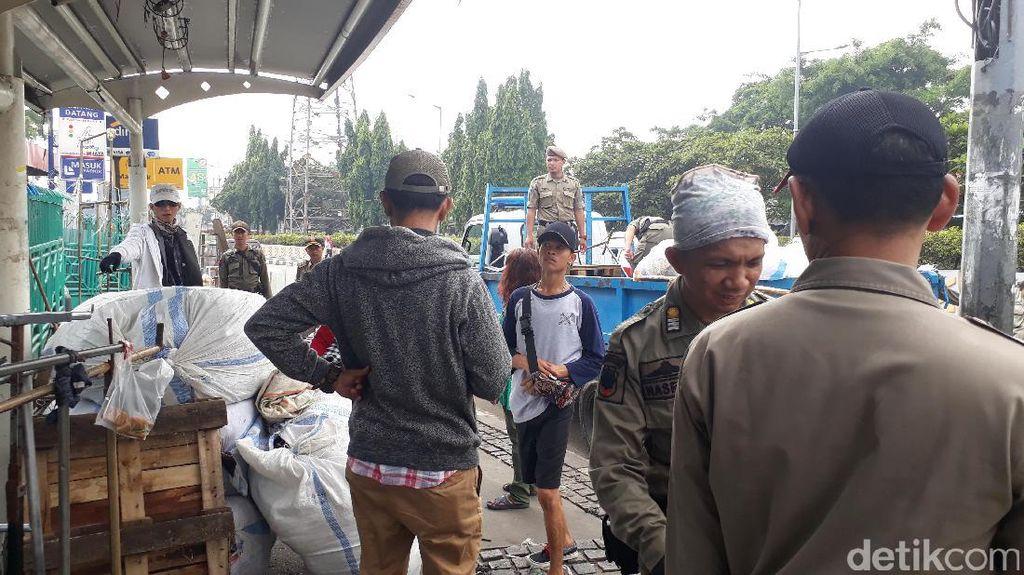 Bersih-bersih PKL di Pasar Senen
