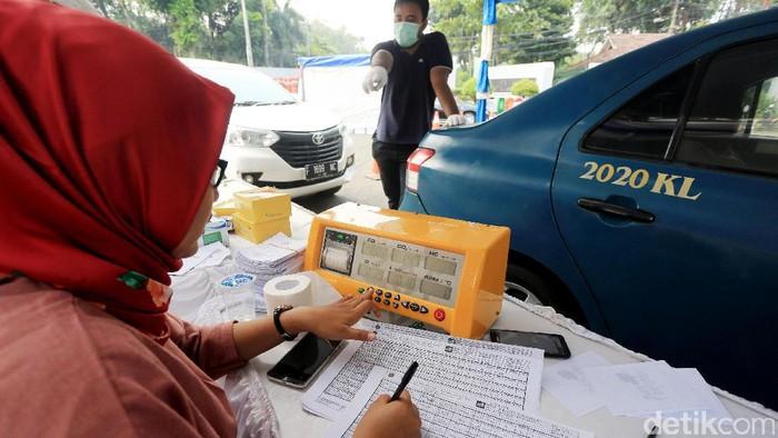 Uji emisi untuk menekan polusi asap kendaraan. Foto: Ari Saputra