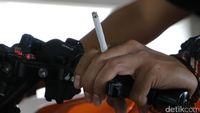 Lagi Asyik Ngudud di Lamer, Pemotor Ditegur Polisi dan Dishub