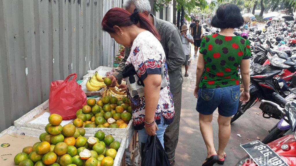 Pedagang Buah Kaki Lima Penuhi Trotoar Jalan Pasar Senen Jaya