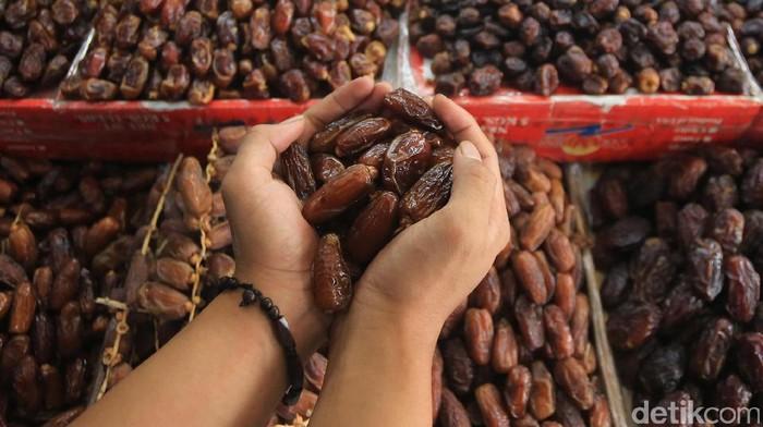 Pedagang merapikan buah kurma yang dijual di kawasan Pasar Tanah Abang, Jakarta, Selasa (16/5). Menjelang Ramadan, impor kurma mengalami peningkatan. Badan Pusat Statistik (BPS) mencatat kenaikan impor kurma mencapai 49,39%.
