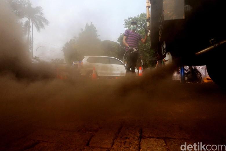 Asap Knalpot Mobil Diuji (Foto: Ari Saputra)