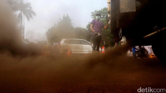 Petugas melakukan uji emisi kendaraan bermotor di kawasan Tugu Proklamasi. Suku Dinas Lingkungan Hidup Jakarta Pusat menggelar uji emisi guna menekan angka polusi kendaraan