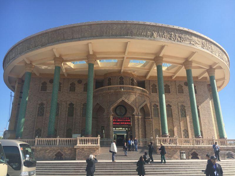 Foto: Museum Bordir di Kota Hami, Provinsi Xinjiang, China tak hanya menyimpan koleksi warisan yang berharga, melainkan juga seni bordir kontemporer yang menghiasi berbagai benda-benda modern (Is Mujiarso/detikTravel)