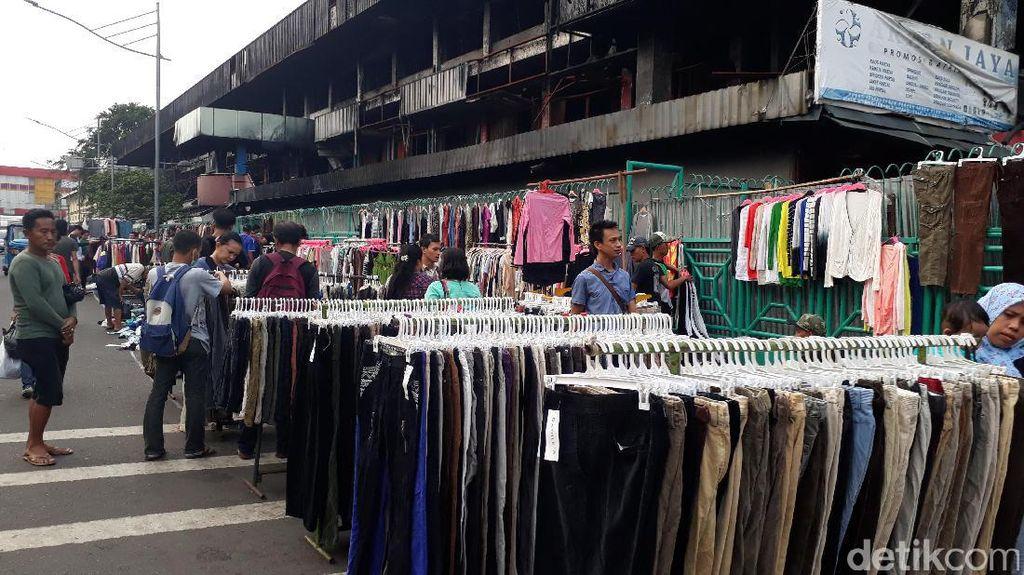 Tak Dapat Tempat di Dalam, Sebagian PKL Penuhi Trotoar Pasar Senen