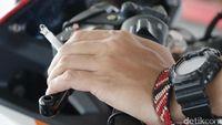 Kata Pemotor Soal Merokok Sambil Berkendara: Biar Santai