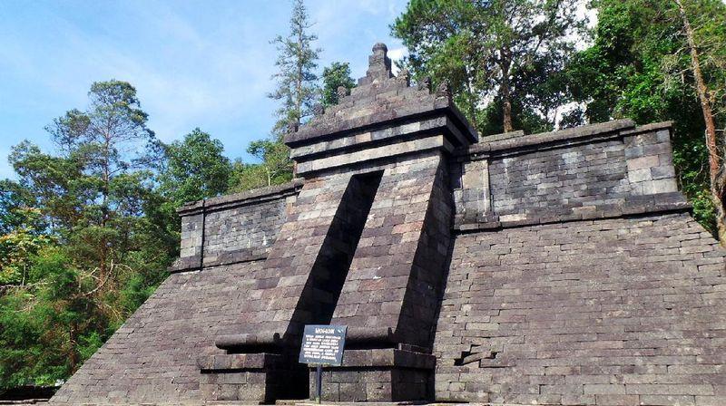 Candi Cetho di Kabupaten Karanganyar, Jawa Tengah adalah candi Hindu yang cukup disakralkan. Candi punya banyak ornamen yang menarik, salah satunya adalah arca phallus alias kelamin pria sepanjang 2 meter yang bikin penasaran (Wahyu/detikTravel)