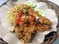 Ayam geprek dengan paduan mie.