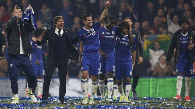 Antonio Conte sukses mempersembahkan gelar Liga Primer dan Piala FA di Chelsea.