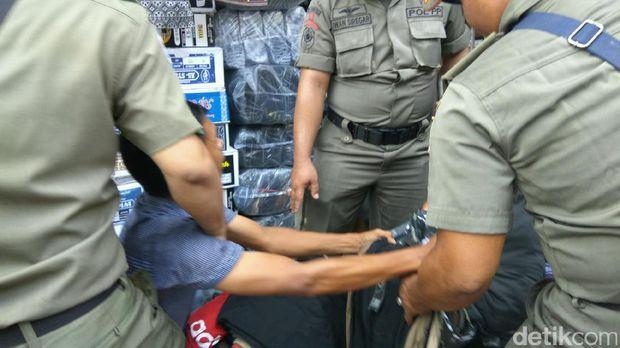 Satpol PP menertibkan para pedagang kaki lima (PKL) di Tanah Abang, Jakarta Pusat, Selasa (16/5/2017)