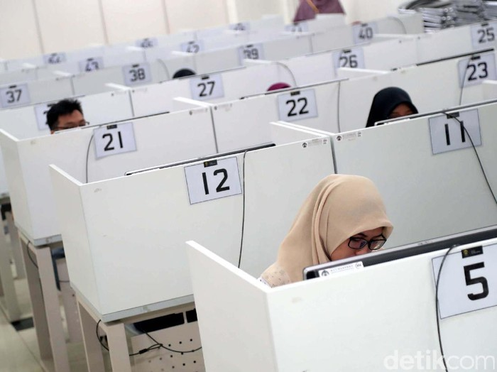 Ujian SBMPTN Digelar Serentak  Para calon mahasiswa mengikuti ujian Seleksi Bersama Masuk Perguruan Tinggi Negeri (SBMPTN) 2017 di Universitas Indonesia, Depok, Jawa Barat, Selasa (16/05/2017). Ujian SBMPTN serentak diselenggarakan di seluruh wilayah Indonesia pada Selasa - Kamis ini. Grandyos Zafna/detikcom  -. Ujian Panlok Jakarta diikuti oleh 68.764 peserta yang tersebar diseluruh Jakarta dan Depok.  -. SBMPTN menerapkan dua metode ujian, yaitu paper based test dan Computer Based Test.  -. SBMPTN panlok Jakarta berada di 75 sekolah dan 9 perguruan tinggi.