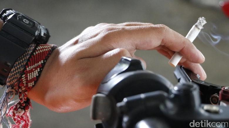 Abu rokok pemotor rentan mengenai pengendara lain Foto: Rangga Rahardiansyah