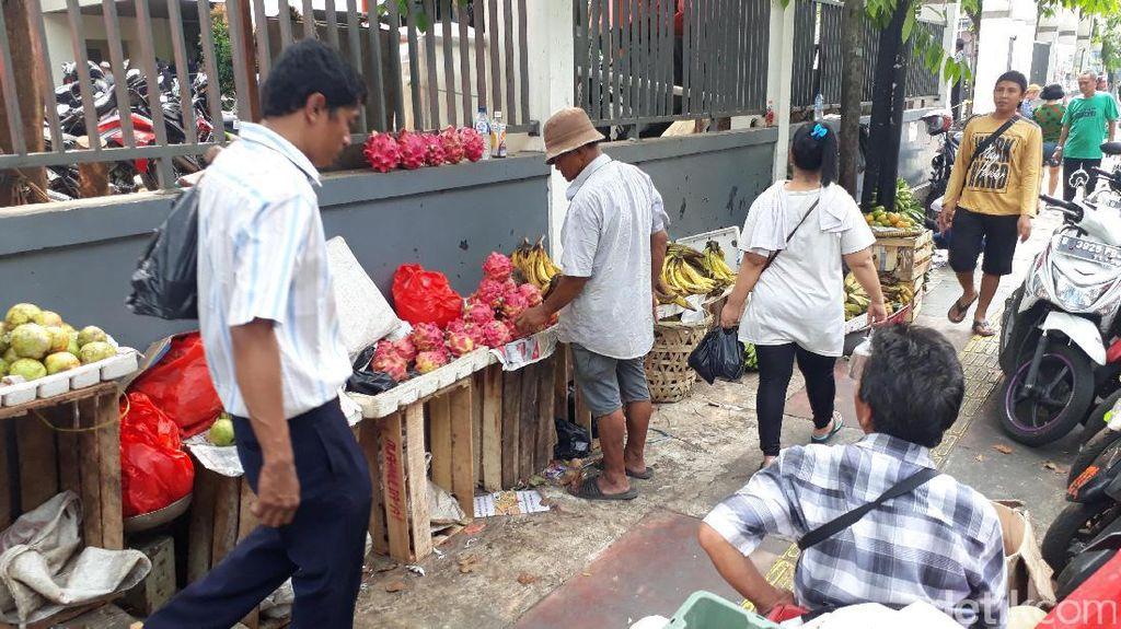 Kemarin Ditertibkan, Pedagang Buah Kaki Lima Kembali Jualan di Trotoar