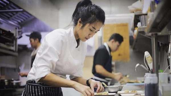 Chef Cantik dan Seksi Ini Pacar Dikta Yovie & Nuno Lho!