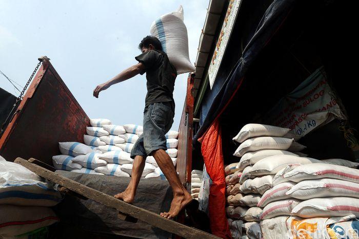 Pekerja memindahkan beras dari Pasar Induk Cipinang, Jakarta Timur, ke truk, Rabu (17/05/2017).