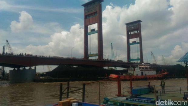 Kapal Tongkang Tabrak Tiang Jembatan Ampera
