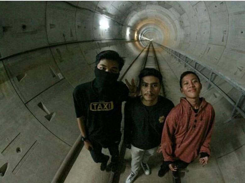 Ramai di Medsos, 3 Bocah Selfie Ilegal di Proyek MRT