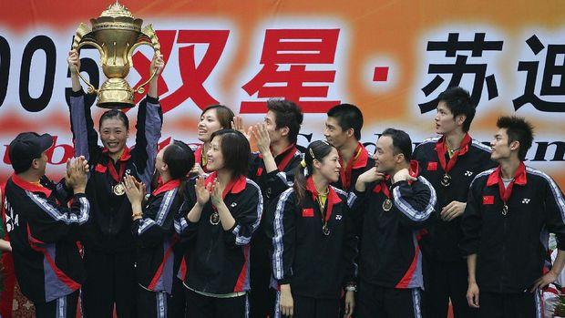Zhang Ning mengangkat trofi Piala Sudirman saat menjadi juara 2005