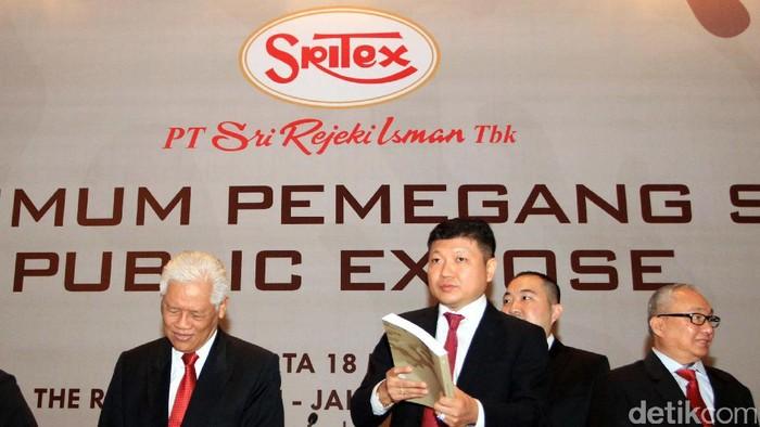 Presiden Direktur PT Sri Rezeki Isman (Sritex) Iwan Setiawan (tengah) bersama jajaran direksi dan komiasaris berbincang usai mengikuti rapat umum pemegang saham, Jakarta, Kamis (18/5). PT Sri Rezeki Isman (Sritex) membagikan deviden sebesar Rp 55.78 Milliar atas laba bersih perusahaan pada 2016.