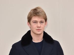 Joe Alwyn, Kekasih Taylor Swift Debut Jadi Model Prada
