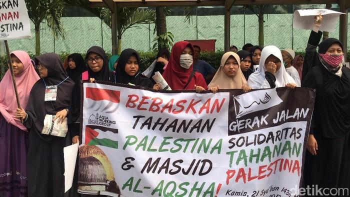 Salah satu aksi masyarakat Indonesia mendukung pembebasan Palestina atas cengkeraman Israel/Foto: Fitang/detikcom