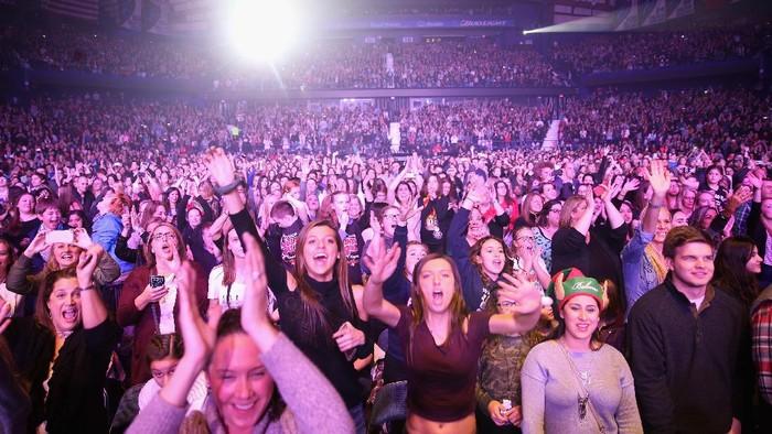 Orang-orang yang hobi nonton konser musisi boleh merasa senang. Studi menyebut menonton konser bisa membantu menjaga jiwa lebih sehat daripada yoga. Foto: Tasos Katopodis/Getty Images for iHeart
