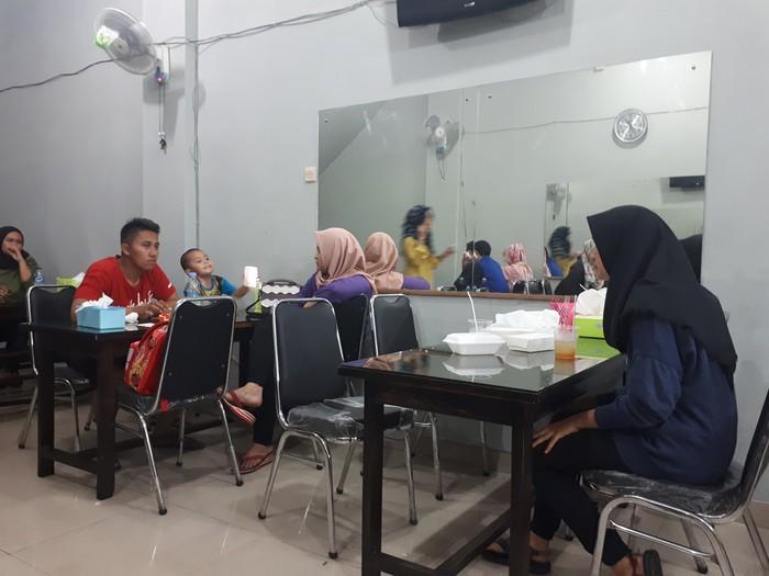 Gerai Geprek Bensu Depok baru dibuka sekitar seminggu lalu. Dalam sehari, restoran bisa menjual hingga 1000 porsi.
