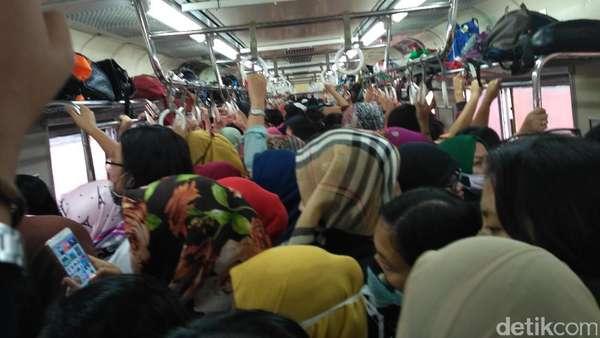 Meski Sudah Sesak, Gerbong KRL Wanita Masih Angkut Penumpang