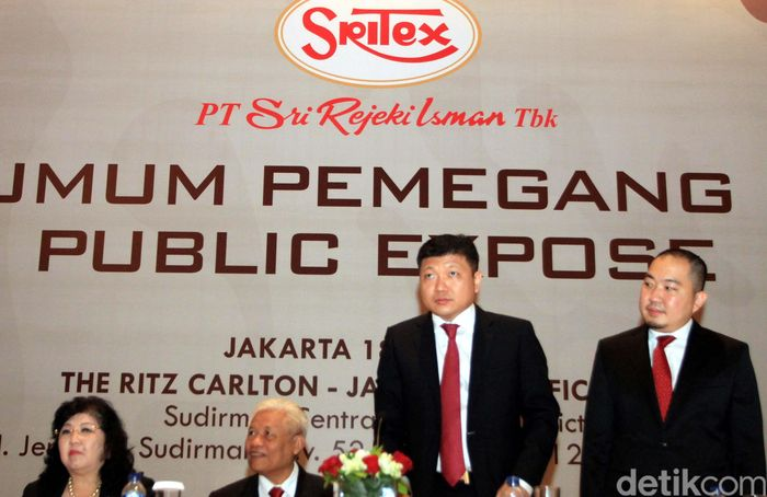 Presiden Direktur PT Sri Rezeki Isman (Sritex) Iwan Setiawan (tengah) bersama jajaran direksi dan komiasaris berbincang usai mengikuti rapat umum pemegang saham, Jakarta, Kamis (18/5). Sritex membagikan deviden sebesar Rp 55.78 Milliar atas laba bersih perusahaan pada 2016.