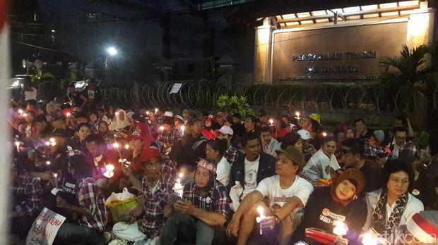 Sebelum Bubar, Massa Pro Ahok Gelar Aksi Lilin di PT DKI