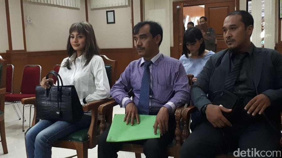 Penampakan Kirana Larasati di Sidang Cerai Perdana