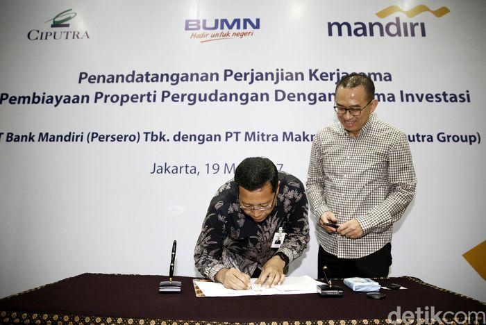 Direktur Retail Banking Bank Mandiri Tardi menandatangani perjanjian kerja sama dengan disaksikan Direktur Utama Mitra Makmur Bagya Harun Hajadi di Jakarta, Jumat (19/5/2017).