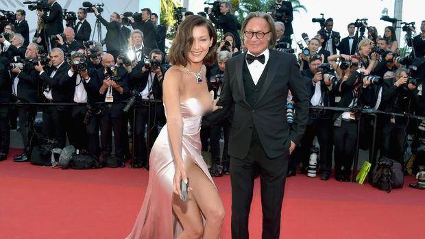 Gaun Bella Hadid tersingkap saat menghadiri Festival Film Cannes bersama sang ayah, Muhamed Hadid.
