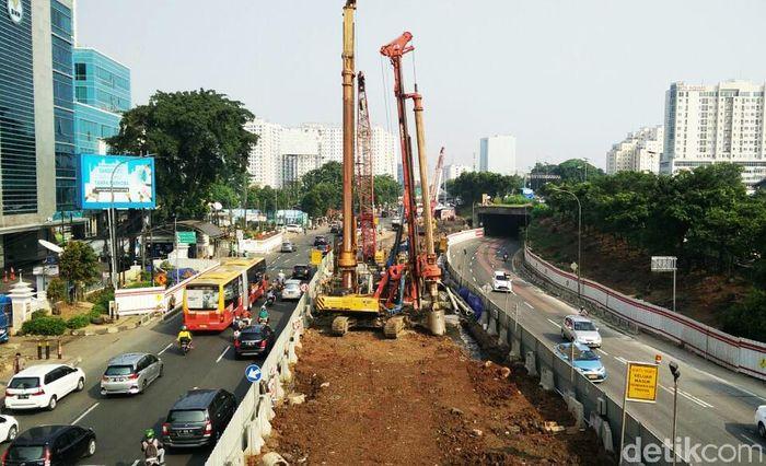 Pembangunan proyek LRT Jabodebek yang saat ini tengah masuk pada tahap konstruksi antara lain Cawang-Cibubur, Cawang-Dukuh Atas dan Cawang-Bekasi. Pantau detikFinance, saat ini pekerjaan konstruksinya sudah masuk di kawasan Jalan MT Haryono. Pool/Citra Fitri Mardiana.