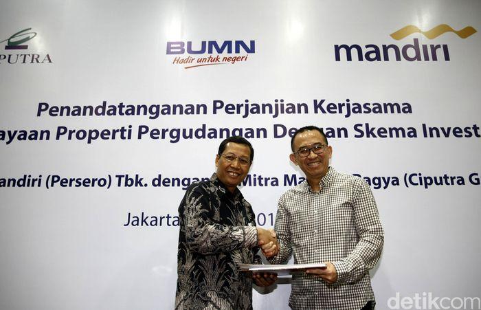 Direktur Retail Banking Bank Mandiri Tardi dan Direktur Utama Mitra Makmur Bagya Harun Hajadi berjabat tangan usai menandatangani kerja sama.