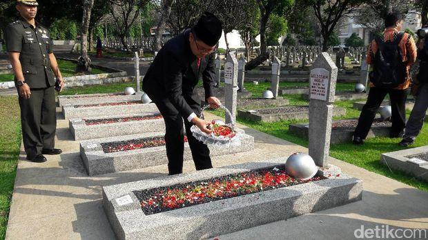 Menkominfo tabur bunga di makam Ali Murtopo dan Pahlawan Revolusi.